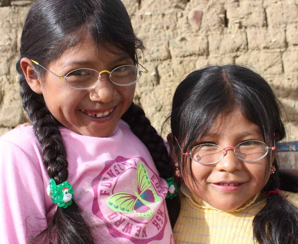 Zwei Mädchen in Bolivien mit der EinDollarBrille