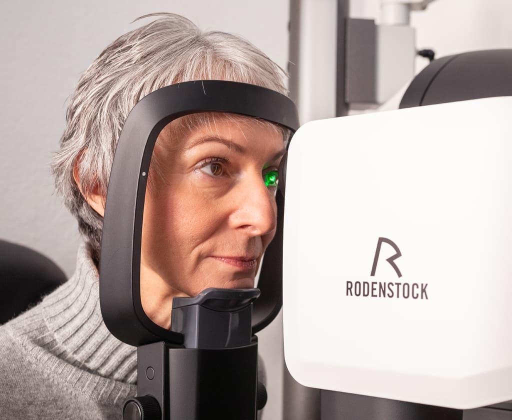 Augenprüfung mit dem Rodenstock DNEye® bei einer Kundin