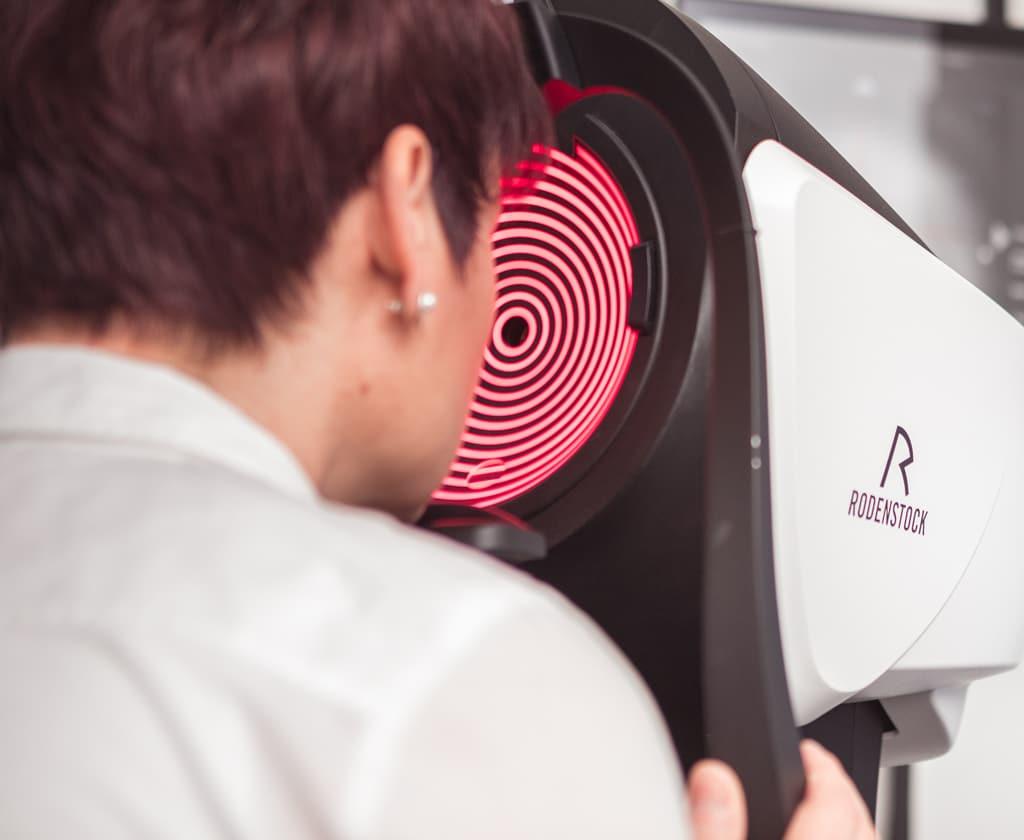 Frau macht eine Augeninnendruckmessung
