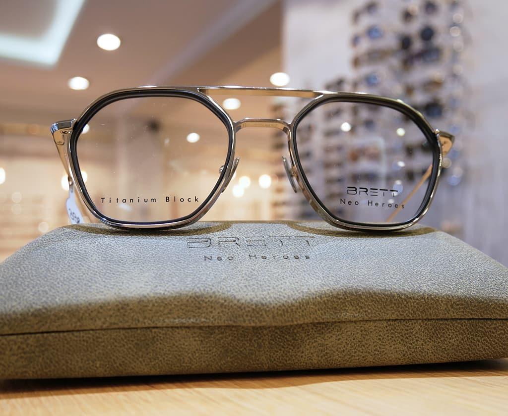 Brillenfassung aus Titan von BRETT Eyewear