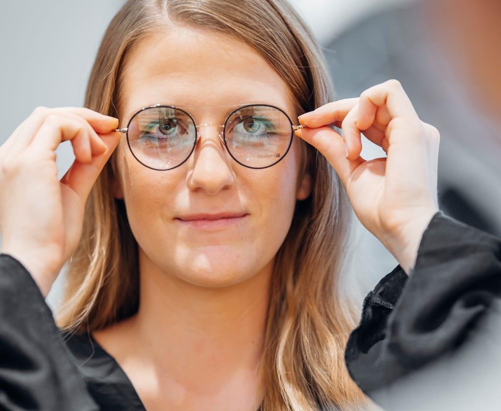 Junge Frau mit Damenbrille von Colibris