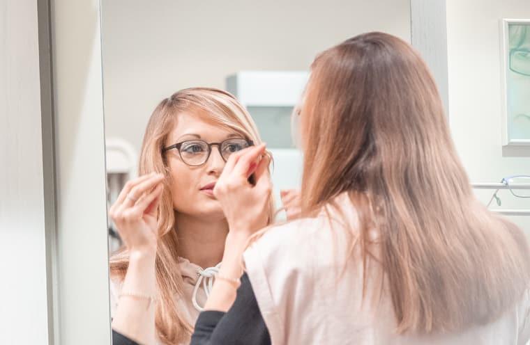 Frau trägt eine Einstärkenbrille