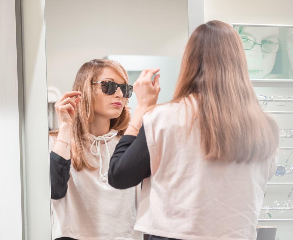Frau mit Sonnenbrille mit dunkel getönten Gläsern