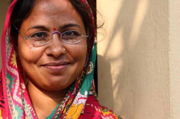 Frau in Indien trägt eine EinDollarBrille
