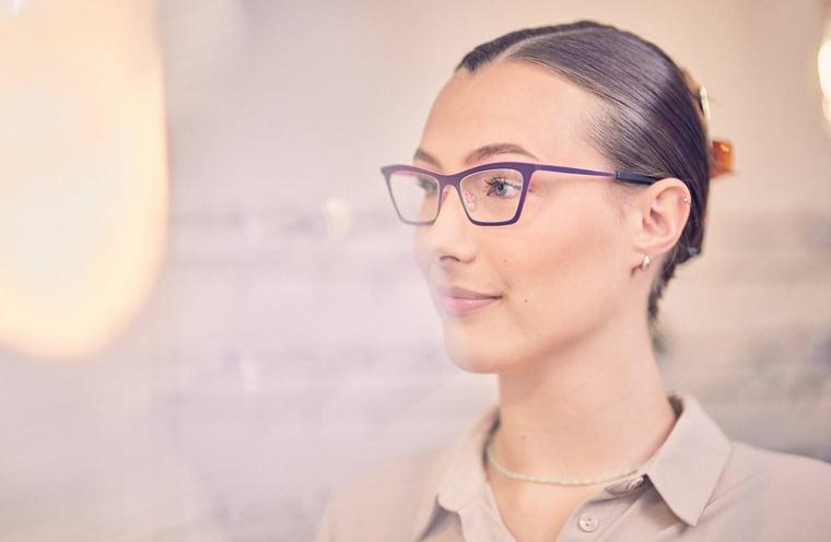 Damenbrille beim Optiker anprobieren