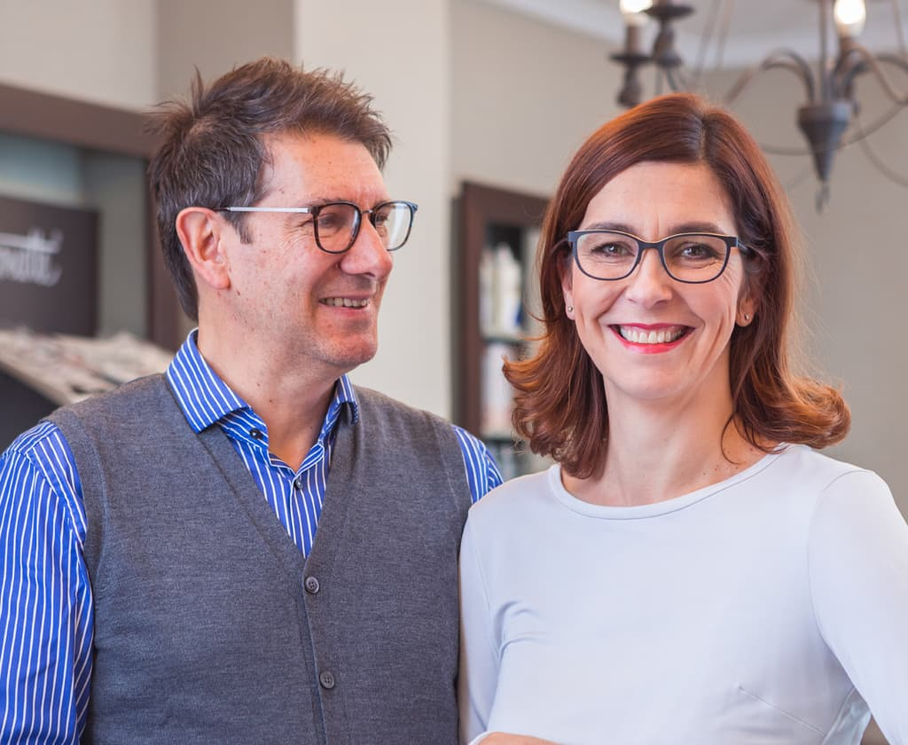 Ehepaar mit Brille beim Optiker