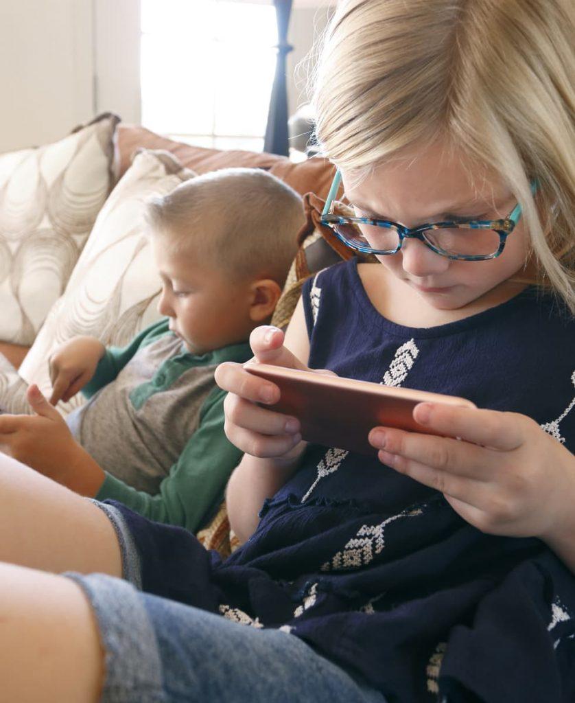 Kinder mit Smartphone und Tablet