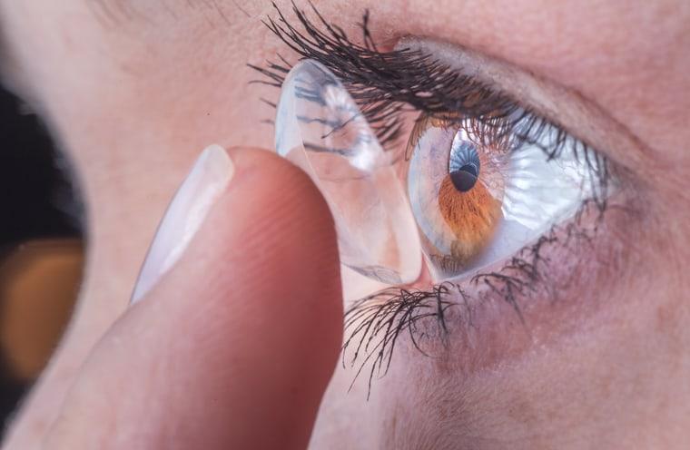 Kontaktlinse anprobieren