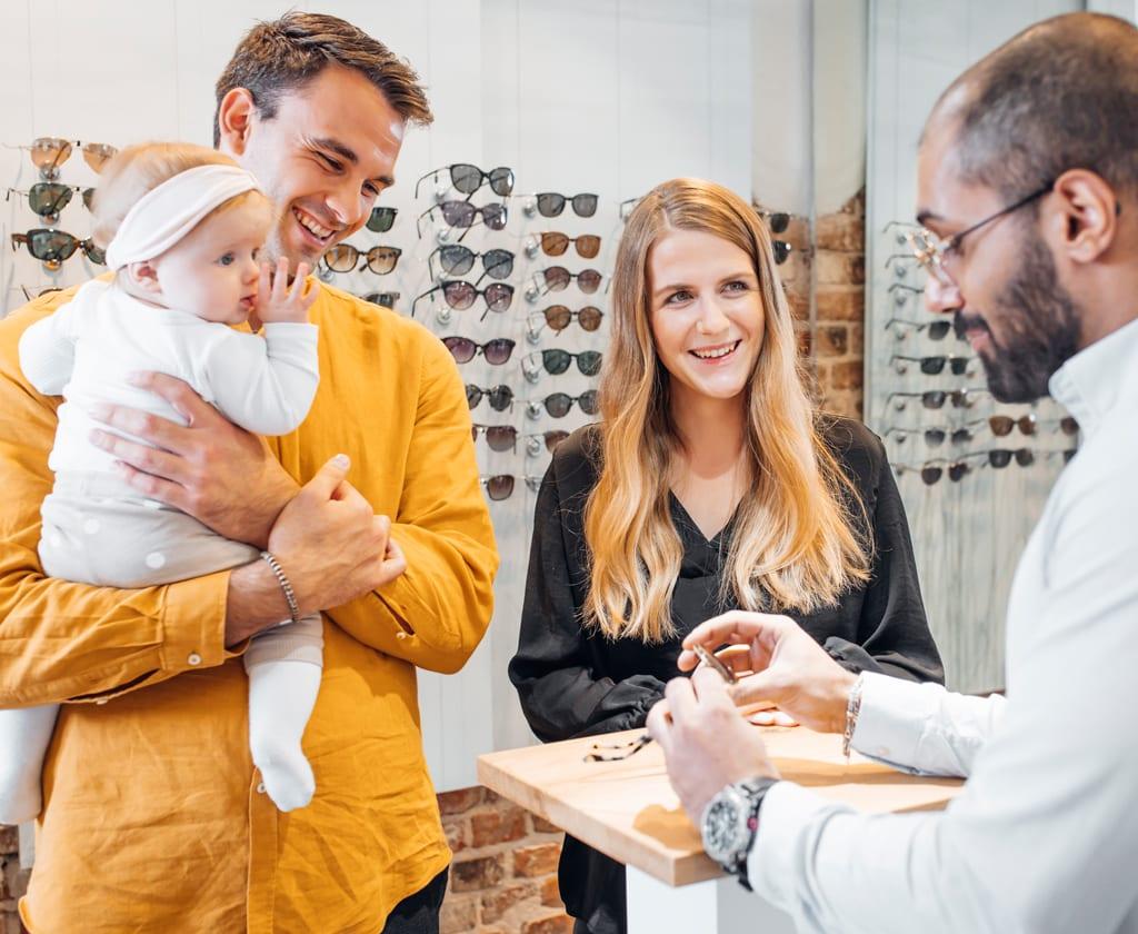 Junge Familie kauft eine Sonnenbrille