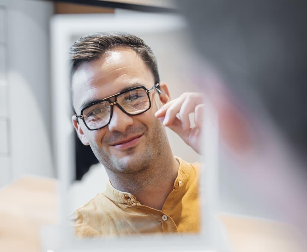 Mann trägt eine Nahkomfortbrille