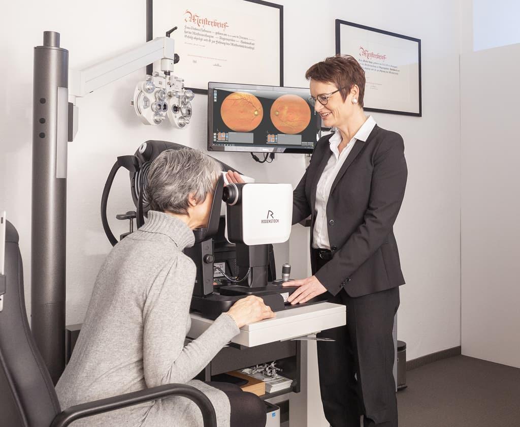 Kunde und Optiker beim Netzhautscreening