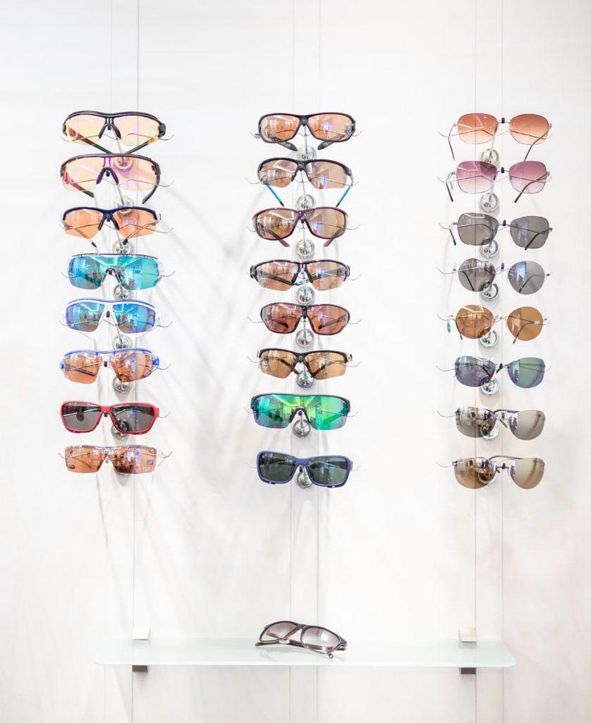 Eine Auswahl an Sportbrillen beim Optiker