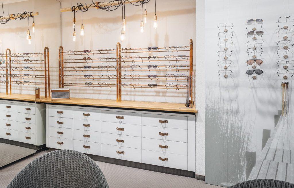 Brillenausstellung beim Optiker
