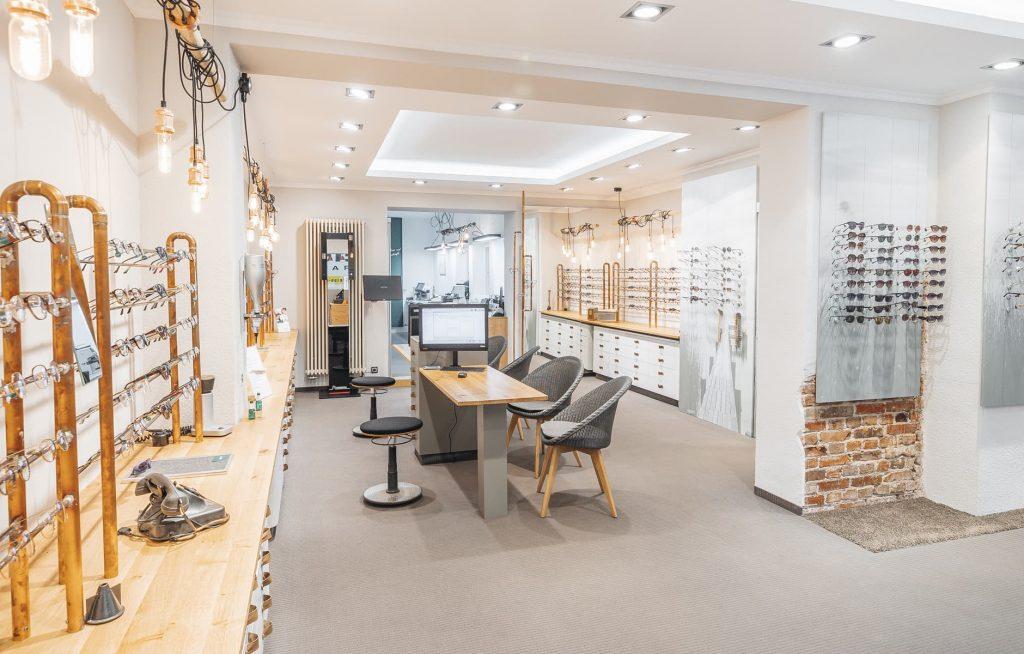 Verkaufsraum mit Brillen an den Wänden