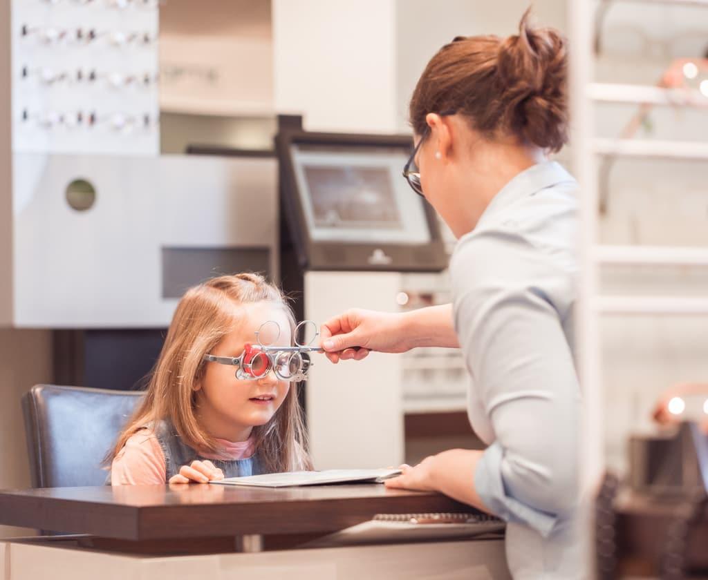 Visualtraining mit Kind beim Optiker